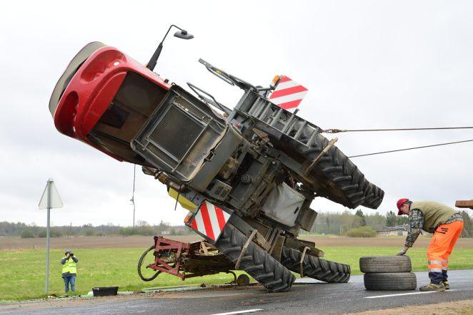 Traktor Viljandimaal külili