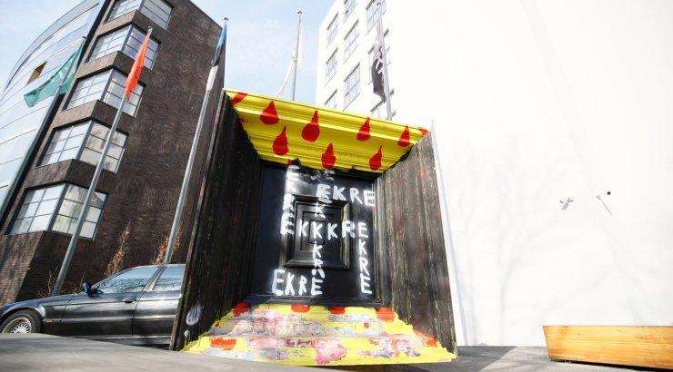 DELFI FOTOD | Kunstiakadeemia juures asuvale kujutisele on üleöö tekkinud lühenditest