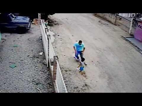 VIDEO | Laps jääb auto alla, kuid pääseb imekombel ühegi kriimustuseta
