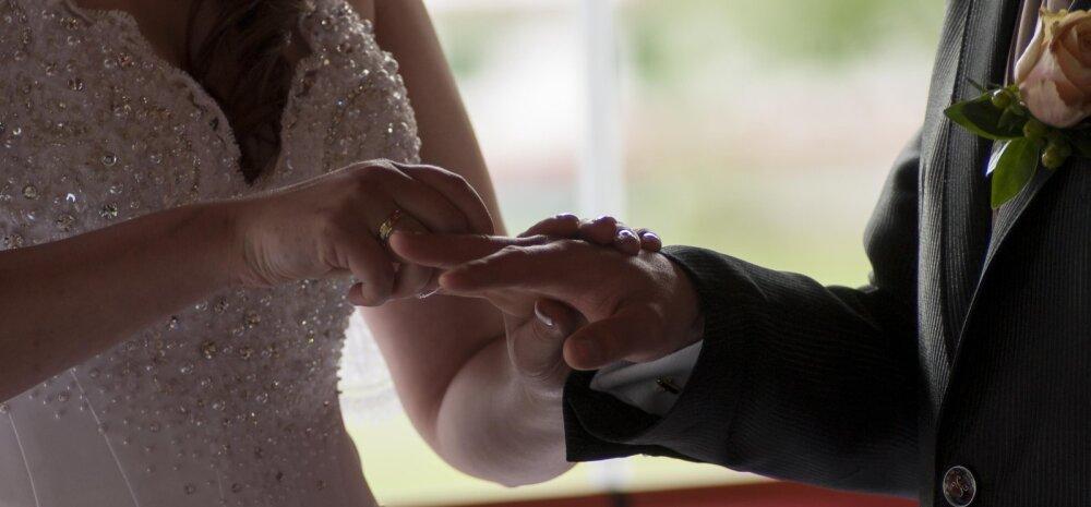 Uskumatud pulmafotod: unikaalsed kaadrid pruutpaarist, mis on püütud abielusõrmustele