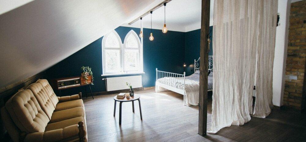 Nutikas sisustusidee pisikesse elamisse – magamisnurk on ülejäänud korterist eraldatud kardinatega.