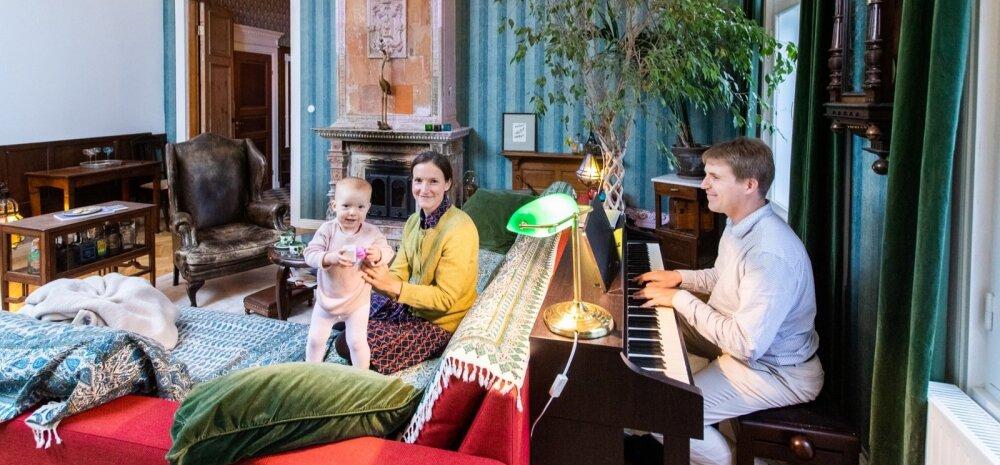"""Thomas on õppinud orelit, aga armastab ka klaverit mängida. Tütar Norale see meeldib, poeg Theodor aga eelistab lugusid nagu """"Mul on bemmil uued kummid""""."""