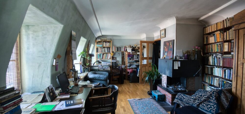 Tööd tehakse kõigis tubades. Magamistoas on selleks otstarbeks kaks kirjutuslauda.