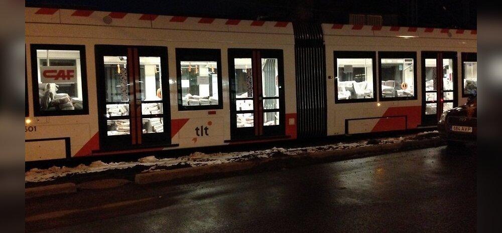 ФОТО читателя Delfi: Зачем таллиннский трамвай перевозит тонны песка?
