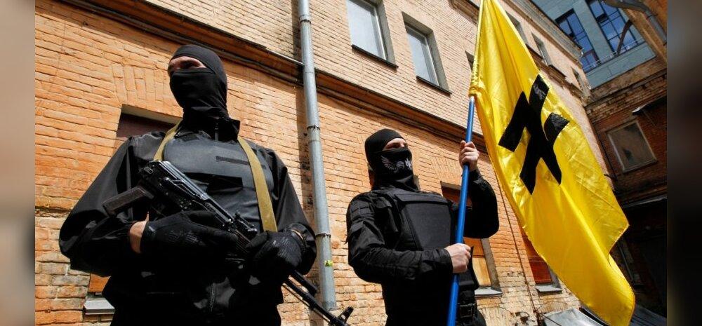 """Бойцы батальона """"Азов"""" перед отправкой на восток. 3 июня."""