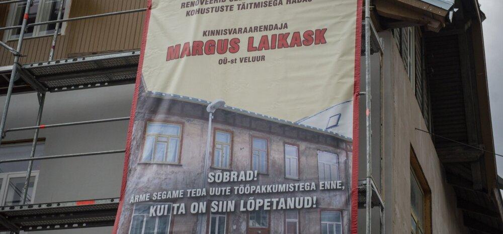 Korteriühistu juhib avalikkuse tähelepanu arendaja tegematajätmistele maja külge kinnitatud plakatiga