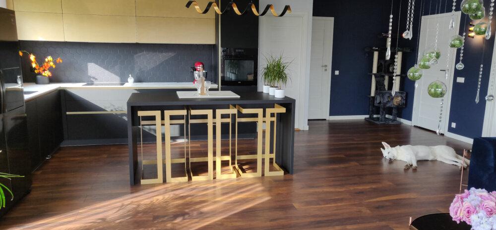 """""""MEIE KODU 2018"""" │ Musta ja kuldsega kujundatud stiilne köök"""