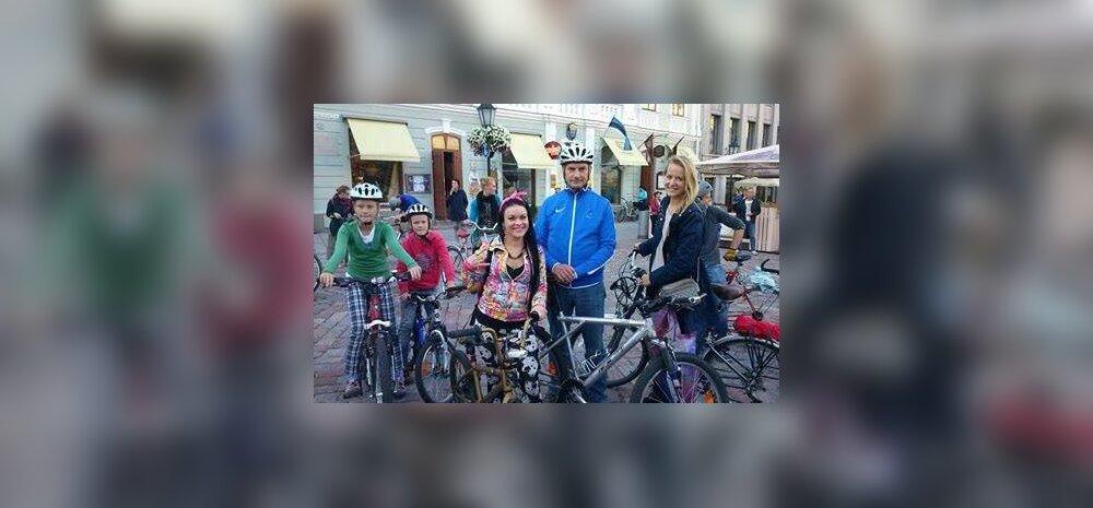 Andrus Ansip poseerib kaasratturitega Tour d'ÖÖ Tartu stardis