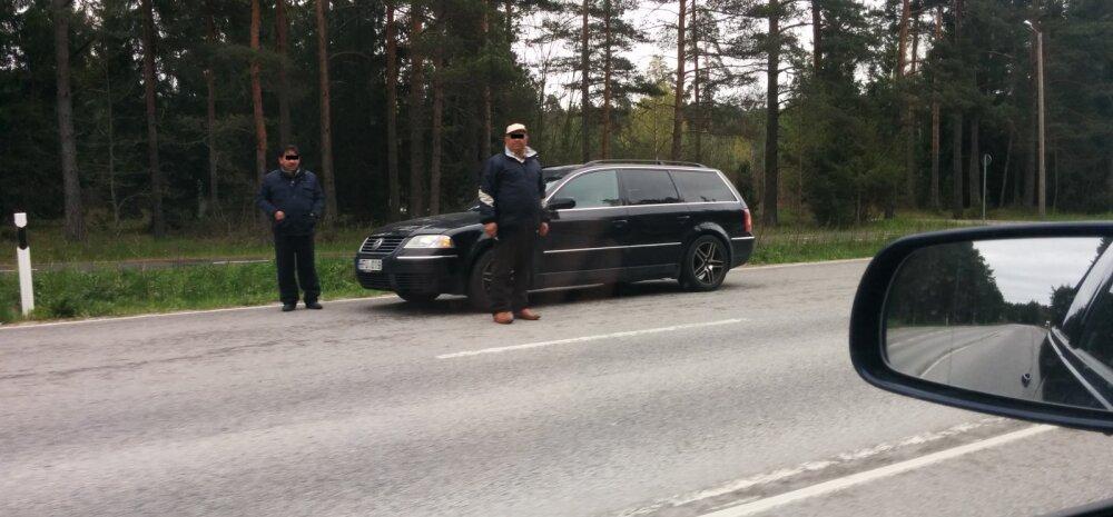 FOTO: Viljandi maanteel tüütavad inimesi kahtlased rändkaupmehed