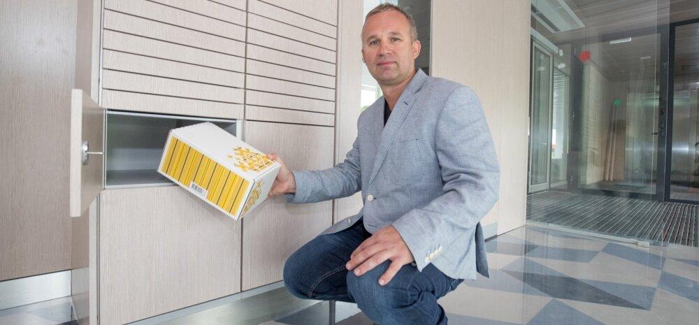 Arno Kütt uue nutipostkasti ees.