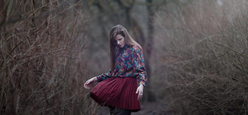 Lugeja arvab: väärikas tuleb olla nii seest kui väljast — neljakümnendates naine võiks kanda üle põlve pikkuses olevaid seelikuid