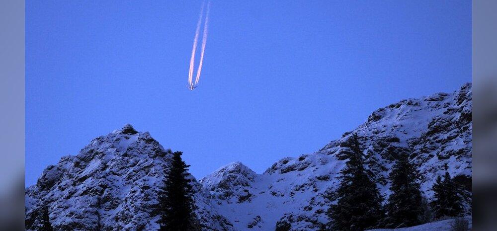 Loojanguvalgus tekitab Alaskas lennukile omapärase saba. Ei, see lennuk ei kuku alla.