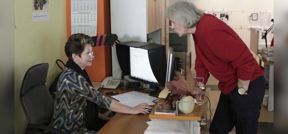 Maalehe ajakirjanikud saavad presidendilt Valgetähe teenetemärgid