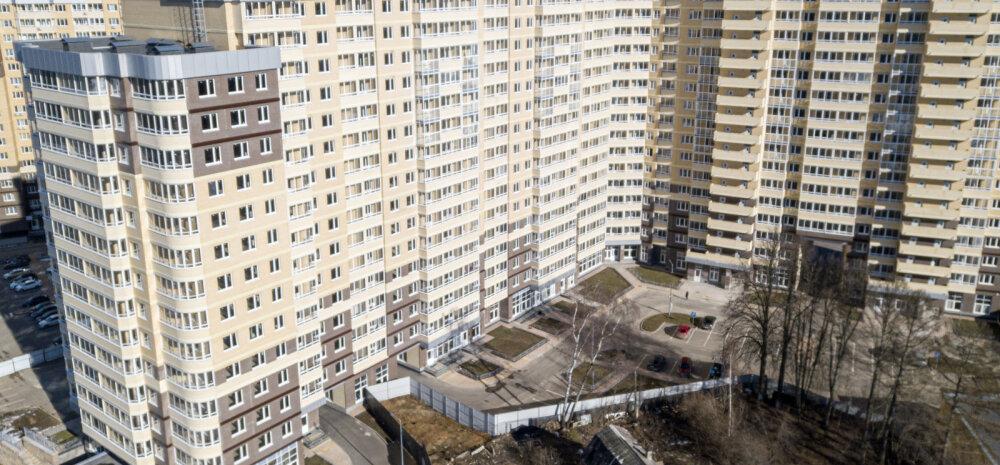 ФОТО | Деревянный домик во дворе жилого комплекса. Пенсионерка отказалась продавать участок застройщику