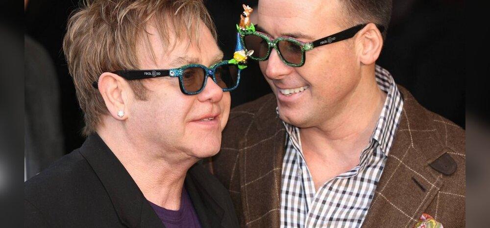 Elton John pildil koos oma abikaasaga