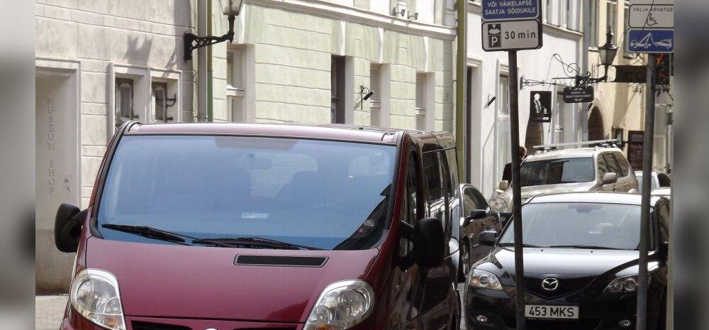 Andrei Zarenkovi juhitud Nissan väikelapse ema parkimiskohal