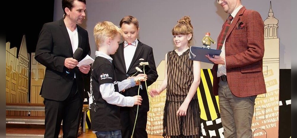 Pildil: Karl Jakob, Arabella ja Mika Keränen Schlingeli filmifestivalilil publikupreemiat vastu võtmas.
