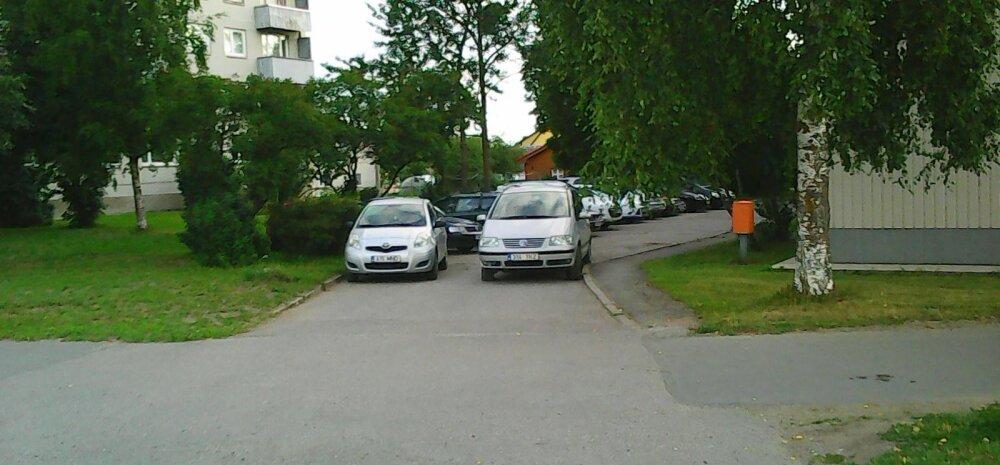 FOTO: Parkijad blokeerisid täielikult kvartalisisese tee