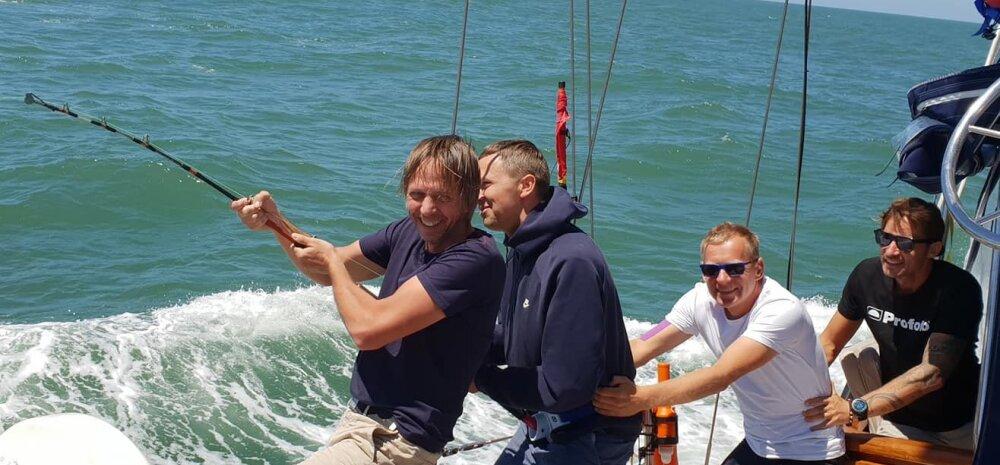 Kinnisvaraarendaja Olav Miil (vasakult esimene) Bellingshausenil meresõitu nautimas, kalapüük Brasiilia ranniku lähedal.