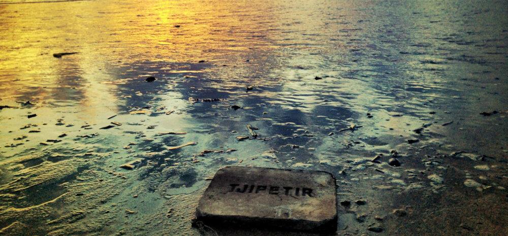 """Müstilised kaldale uhutud tahvlid Euroopa rannikuil, kirjaga """"Tjipetir"""""""