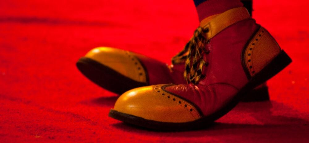 Suurte jalgadega naine: kas minusugused peavadki mingeid jubedaid paate jalas kandma?!