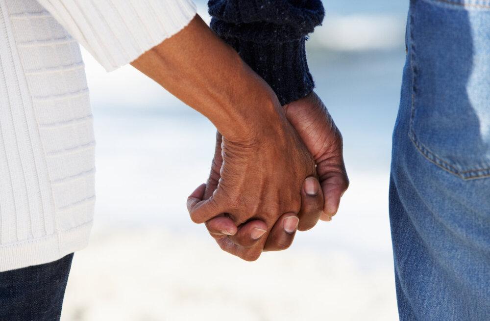 42aastane naine: armusin oma poja parimasse sõpra, kes on minust 22 aastat noorem ja elab nüüd koos meiega