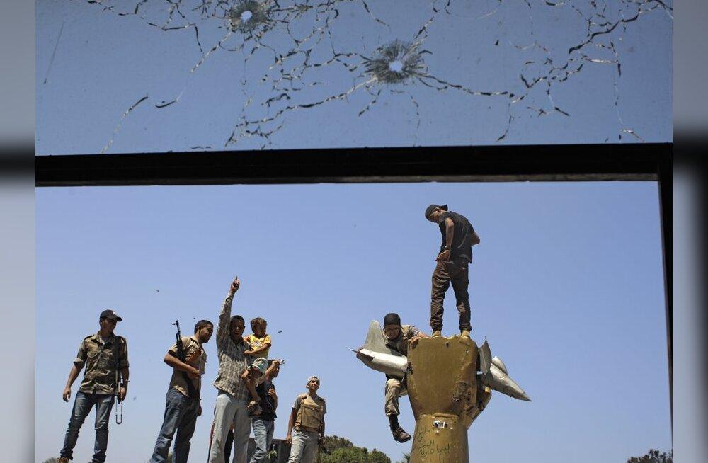 Mässulistega liitusid Gaddafi tervishoiuminister ja luurejuht
