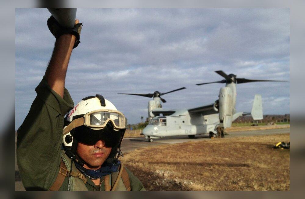 USA piloot ja taustal näha olev MV-22 Osprey