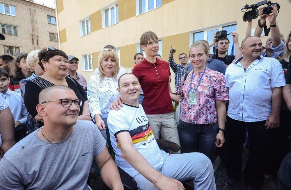 FOTOD | Kaljulaid kohtus Donbassis väejuhtidega ja külastas ümberasujate ühiselamut
