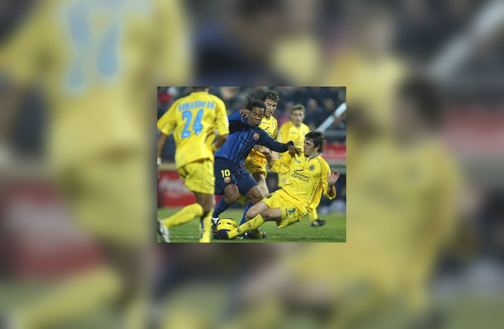 Ronaldinho ümbritsetuna Villarreali mängijatest