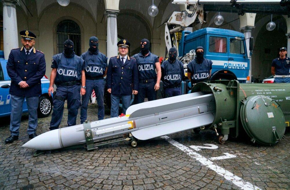 FOTOD | Itaalia Vene-meelsetelt paremäärmuslastelt võeti ära lahinguvalmis rakett ja muud relvastust
