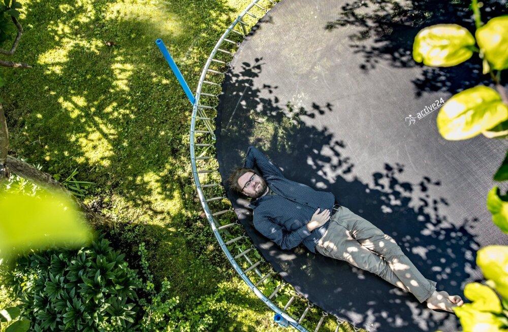 MUUGA IDÜLL: Jan Kaus oma aias murul ei leba, pigem maapinna kohal, suurel batuudil.