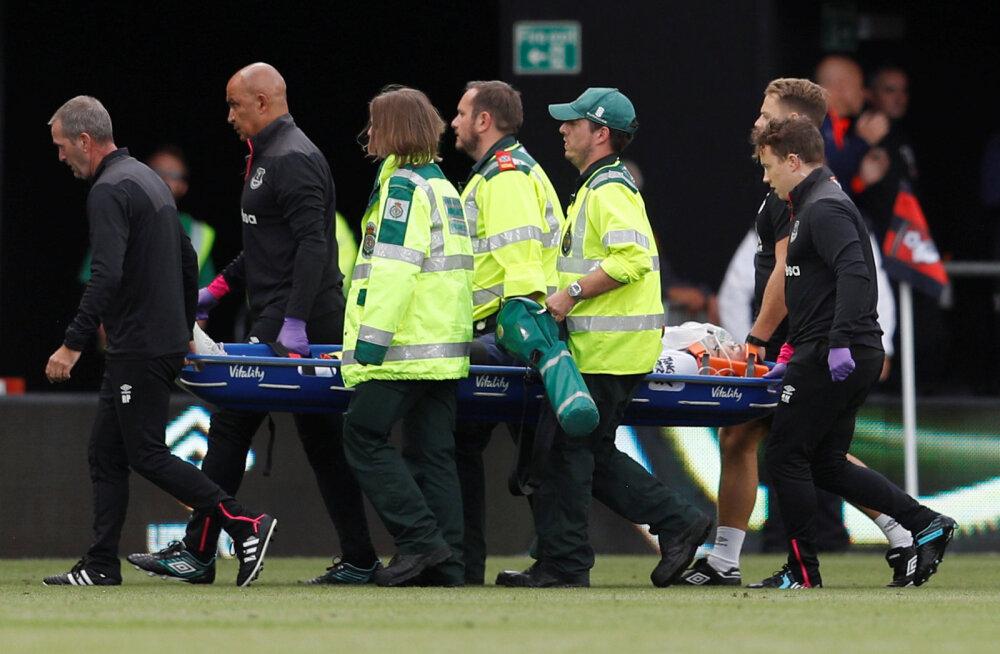 VIDEO | Julm kokkupõrge Premier League'is: Evertoni kaitsja viidi koljumõraga haiglasse