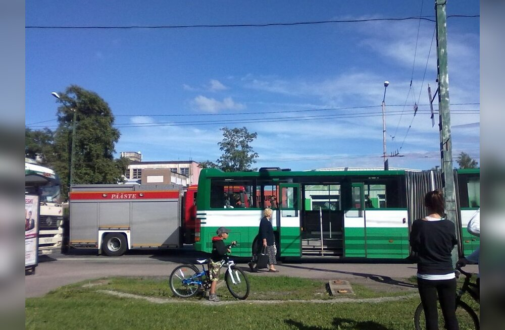 FOTOD: Bussi ja veoki avarii Hipodroomi peatuses 10 minutit ja tund aega hiljem
