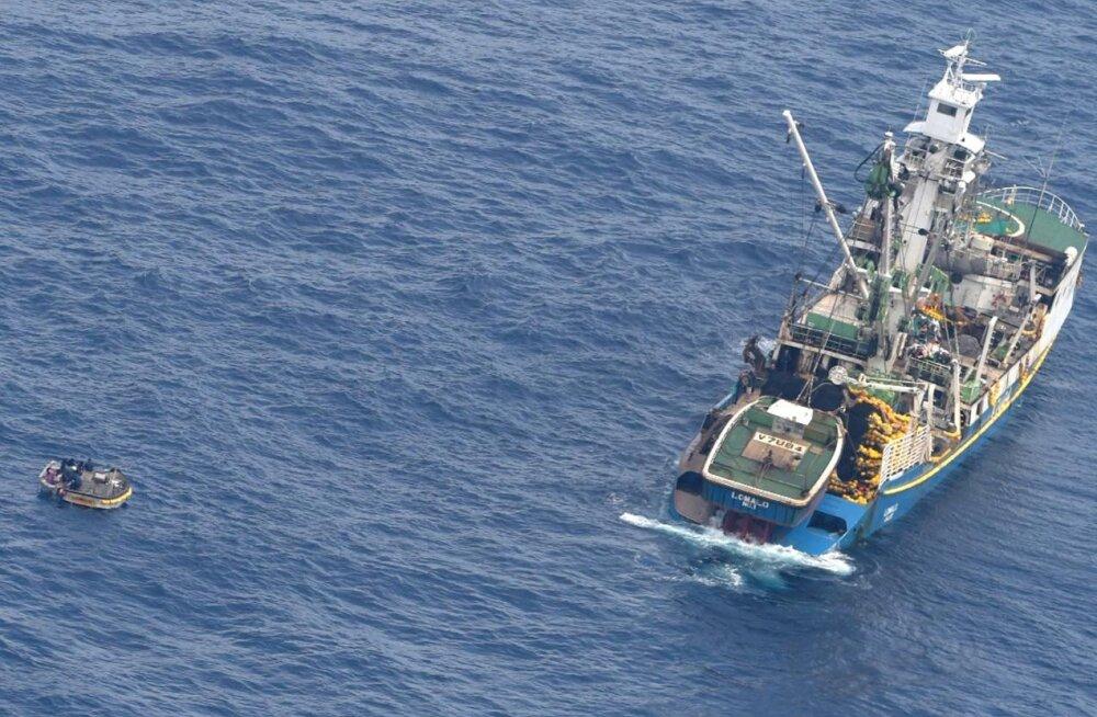 Vaiksel ookeanil päevi triivinud paadist leiti seitse inimest
