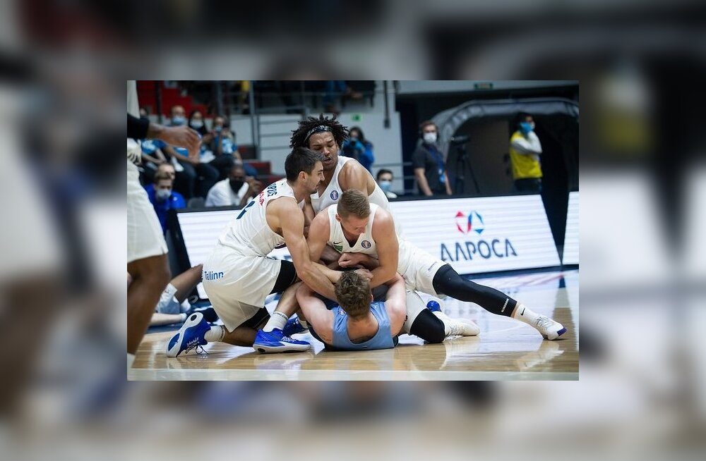 Kalev/Cramo mängijad püüavad Zeniti mängijalt palli röövida.