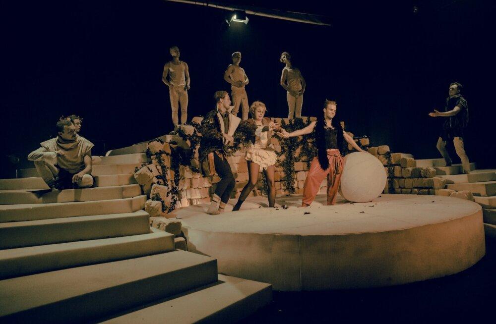 Astuge ligi! Astuge ligi. Järjekordselt on jumalad laskunud maa peale. Gaius Caesar ja jumal, keda Caligulaks kutsutakse. Areenil on kogu trupp.