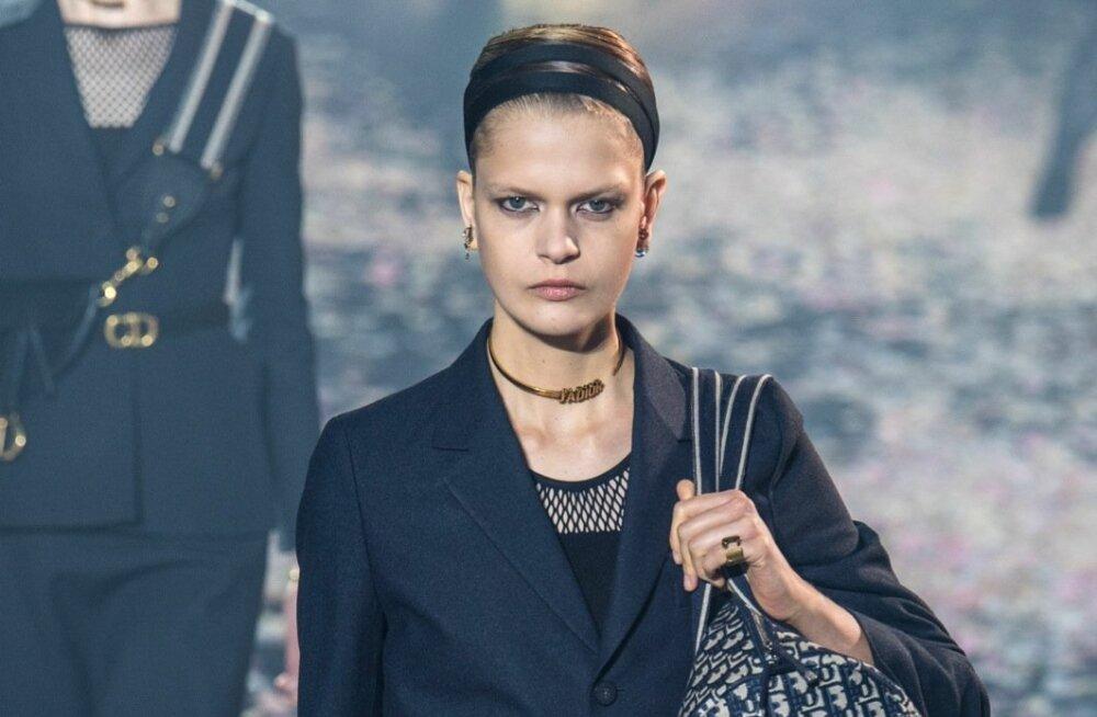 Christian Diori rangele püks-kostüümile sobib kontrastiks juurde ümara disainiga kott. Tundub üllatav valik, kas pole?