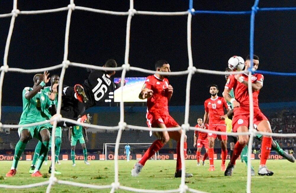Pall põrkas Dylan Bronni näost väravasse ja sellega oli Tuneesia konkurentsist väljas.