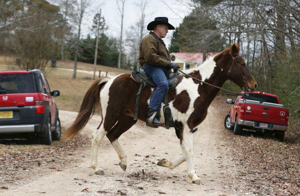 Abordi- ja geiõiguste vastane vabariiklane Roy Moore käis üleeile Alabamas valimisjaoskonnas traditsioonilisi meetodeid kasutades ehk ratsa.