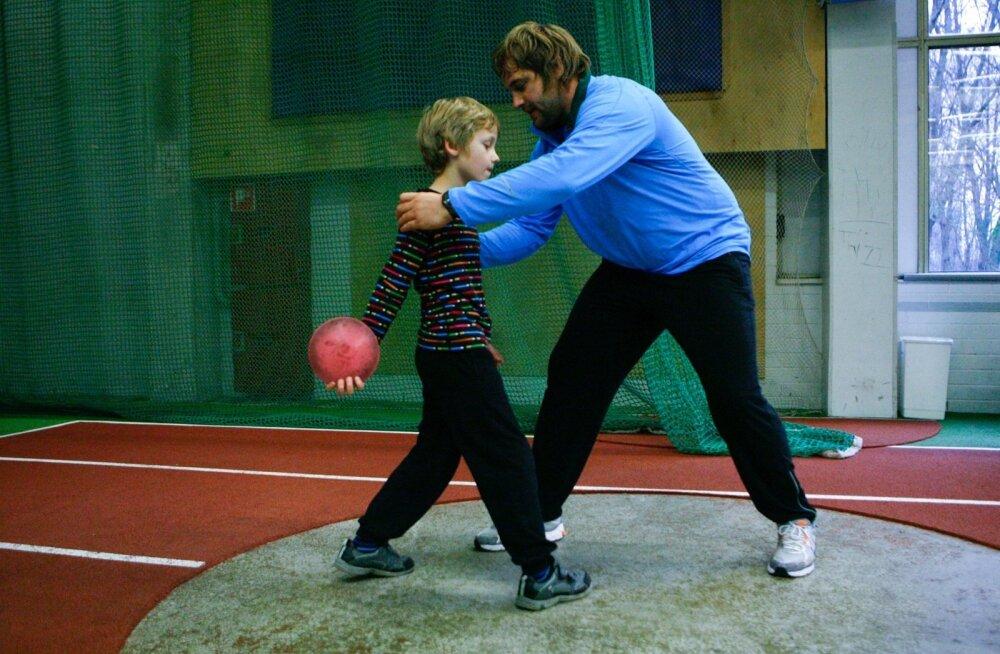 Meie sporditipud käivad aeg-ajalt lapsi sportima innustamas. Sel mõni aasta tagasi tehtud pildil tegeleb sellega kettaheitja Märt Israel. Laste spordi- ja liikumisharrastuse süsteemse edendamise peaks oma südameasjaks võtma järgmine EOK president.