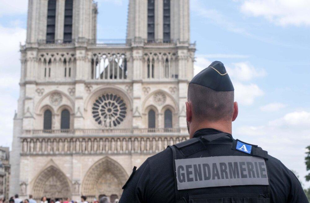 Pariisi Jumalaema kiriku juurest leiti gaasiballoone täis auto