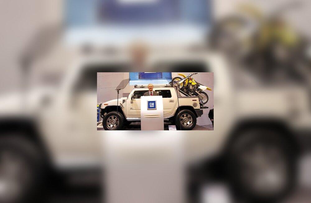 SEMA tuunimisnäituse Las Vegases avas GM North America president Gary Cowger, taustaks Hummer H2 SUT, SUVi ja pikapi ristand