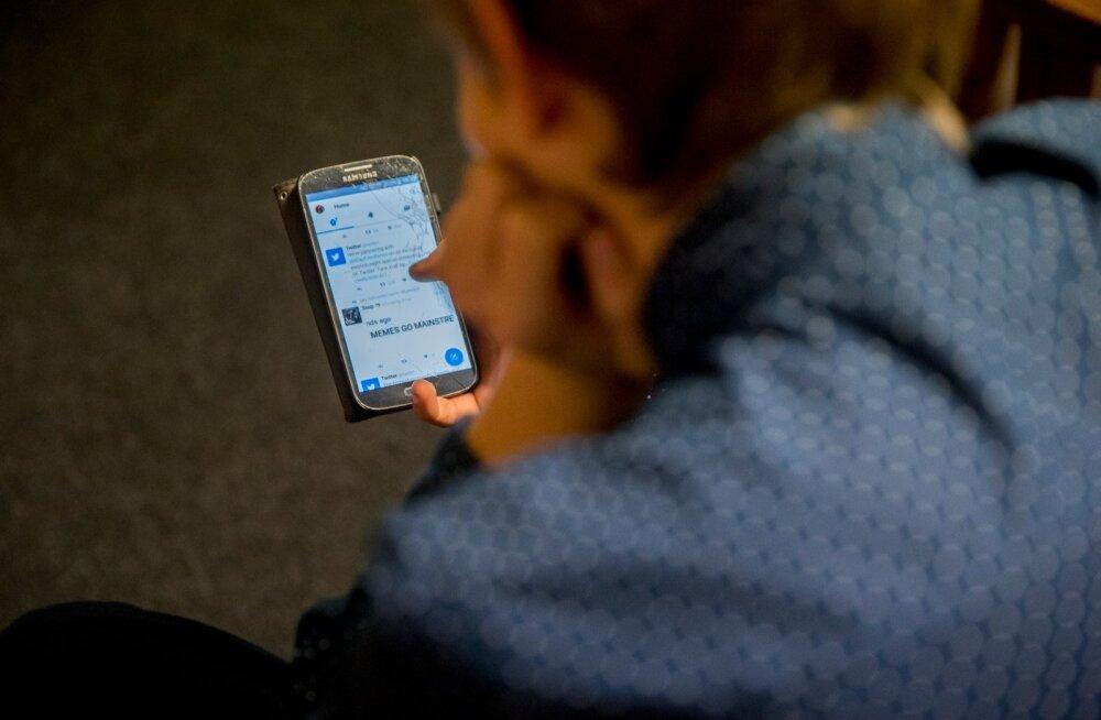 Uuring: eestlased nuhivad agaralt lähedaste telefonides, eriti noored