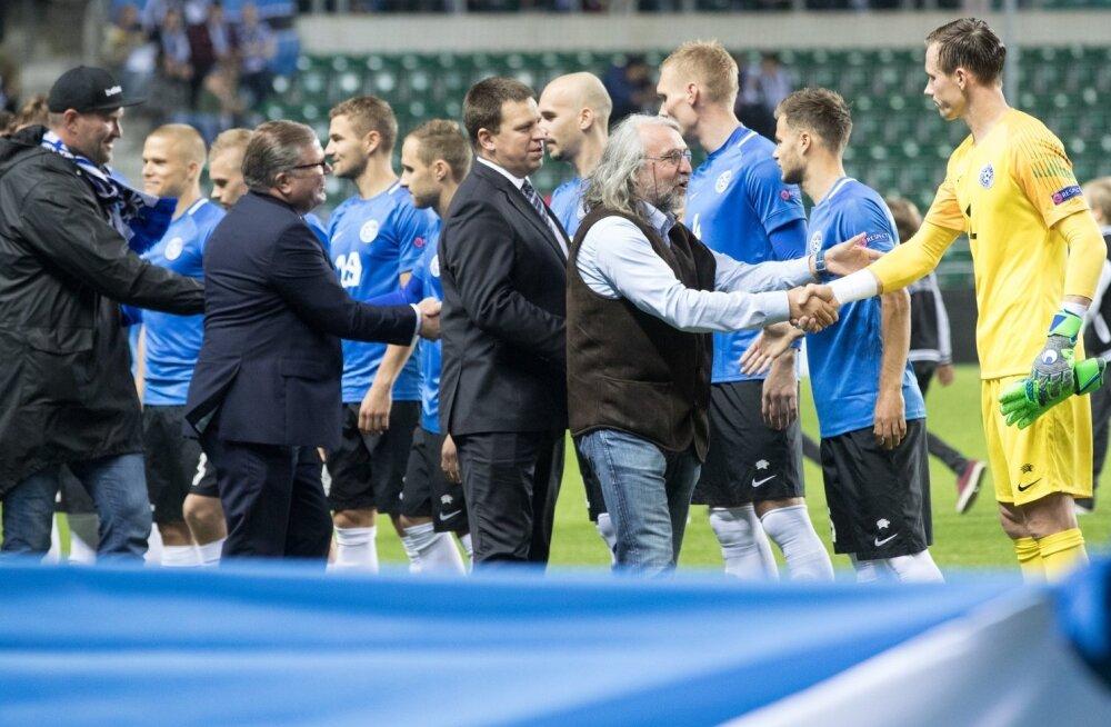 Aivar Pohlak kätleb Eesti koondise mängijaid enne mängu meie alagrupi võitja Soomega.