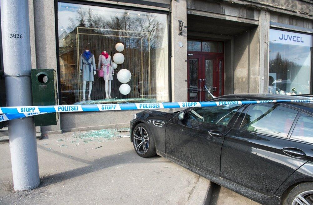 BMW kimas kaupluse aknasse.