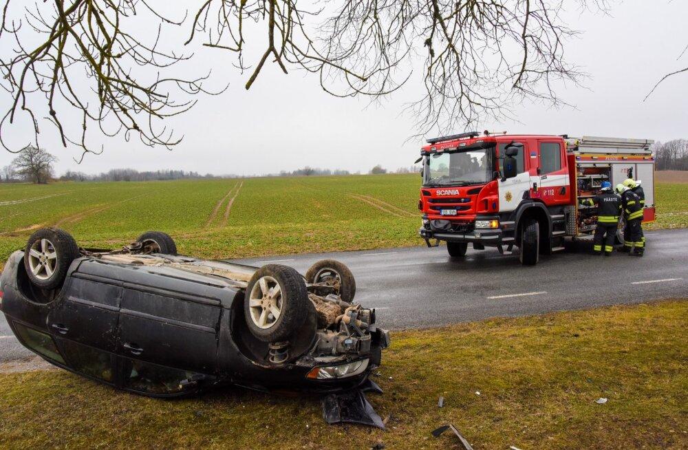 Viljandimaal sõitis auto libedaga vastu puud ning paiskus katuse peale