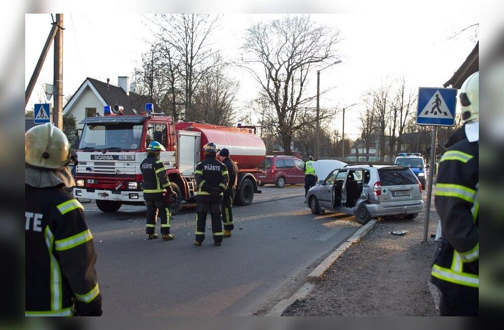 FOTOD: Nõmmel sattus päästeauto avariisse