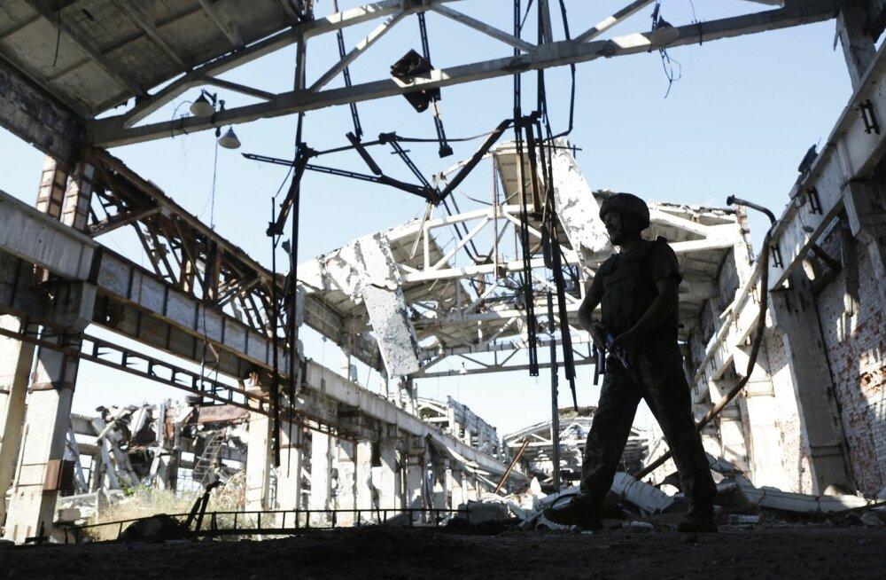 Ukraina sõjaväelane rünnakutes hävinud tööstushoones Donetski oblastis, Vene juhitud vägedega peetava konflikti eesliinil