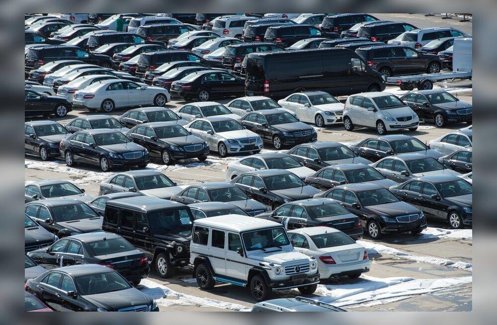 FOTOD: Sadakond uut Mercedest ootab Paldiski sadamas oma transporti.